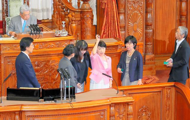 参院本会議での投票時に、抗議の声を上げる社民党の福島瑞穂氏(右から3人目)=15日午前7時27分、岩下毅撮影