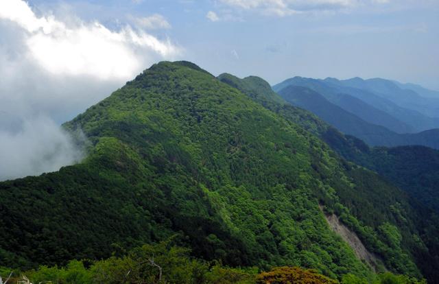 十枚山山頂から見た下十枚山。奥のふたこぶは1682メートルのピークと1652メートルのピーク(岩岳)。その先に仏谷山、青笹、真富士山など安倍川左岸山系の山々が連なる