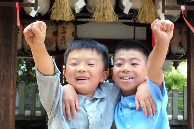 川合倖央君(右)と吉川健之祐君=南区