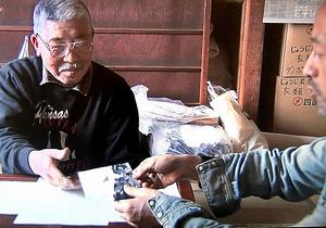 広島市内に40年前まで存在した街について語るかつての住人の男性(左)