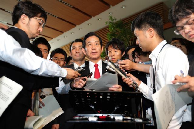 内閣府の調査結果について記者の質問に答える山本幸三・地方創生相=16日午前、首相官邸、金川雄策撮影