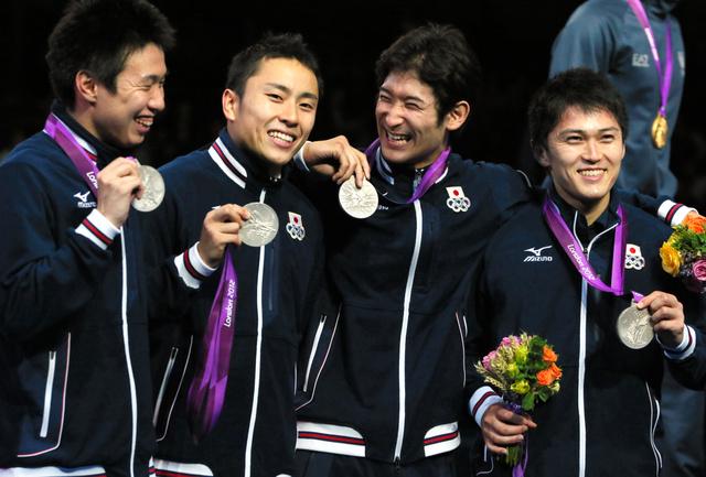 ロンドン五輪のフェンシング・男子フルーレ団体で、日本は銀メダルを獲得。有望選手がそろうこの種目も東京五輪で採用されることになった=西畑志朗撮影