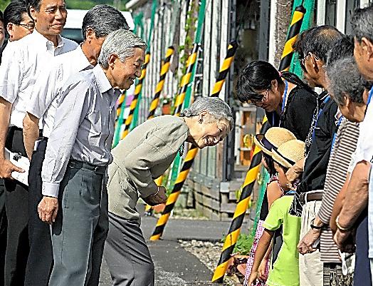 仮設住宅の子供らに声をかける天皇、皇后両陛下=2012年7月19日、長野県栄村、朝日新聞社撮影