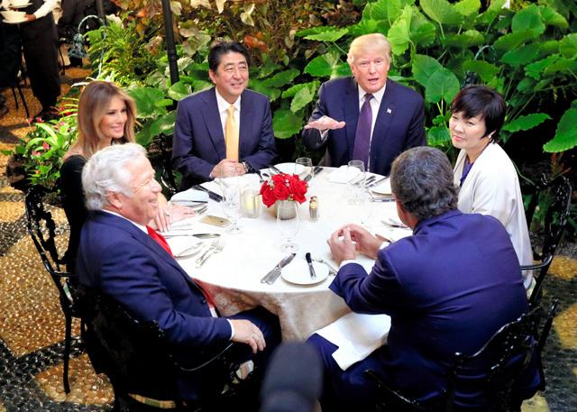 日米首脳会談後、トランプ大統領の別荘「マール・ア・ラーゴ」で夕食を共にしたトランプ氏(右奥)と安倍晋三首相(左奥)=2月10日、フロリダ州パームビーチ