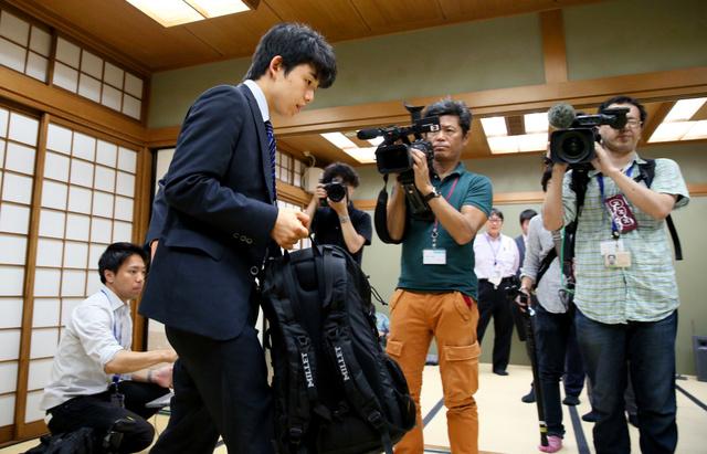 対局を終えた藤井四段が会場を後にする頃には、日付が変わっていた=16日午前0時12分、大阪市福島区の関西将棋会館