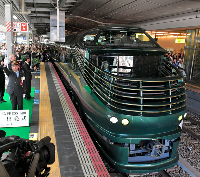 大阪駅を出発する豪華寝台列車「瑞風」の一番列車=17日午前10時20分、JR大阪駅、加藤諒撮影