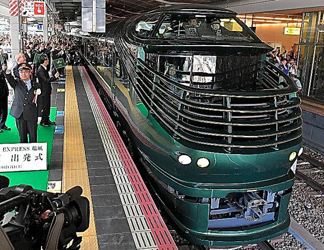 大阪駅を出発する「瑞風」の一番列車=17日午前10時20分、加藤諒撮影