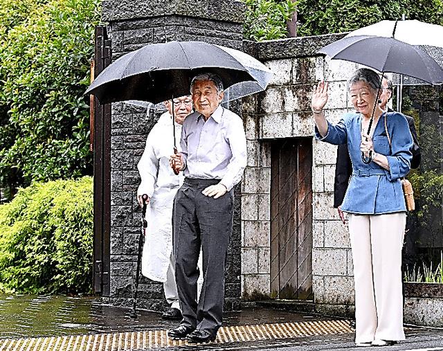 「ねむの木の庭」の散策に向かう天皇、皇后両陛下=18日午後5時1分、東京都品川区、北村玲奈撮影