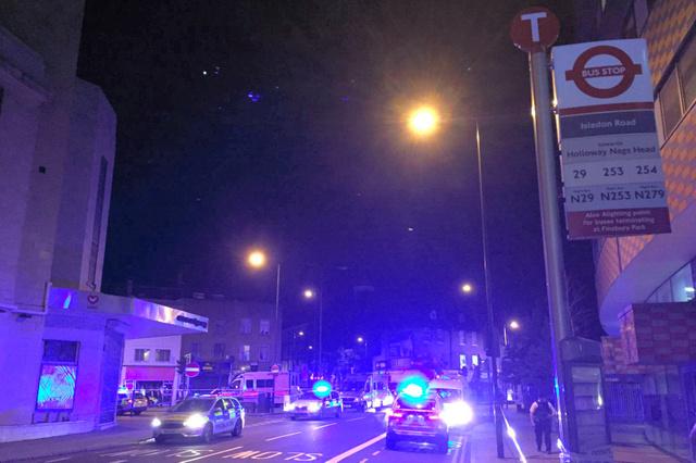 ロンドン北部フィンズベリー・パーク付近で19日、乗用車が歩行者に突っ込んだ現場周辺=ロイター