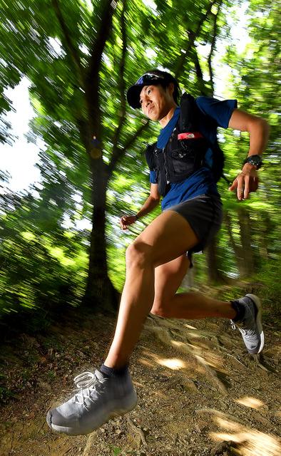 試走でよく訪れる永山丘陵で、木の根っこを飛び越えて疾走する。「下り坂のスピード感、宙を浮くような感覚は最高です」=東京都青梅市、伊ケ崎忍撮影