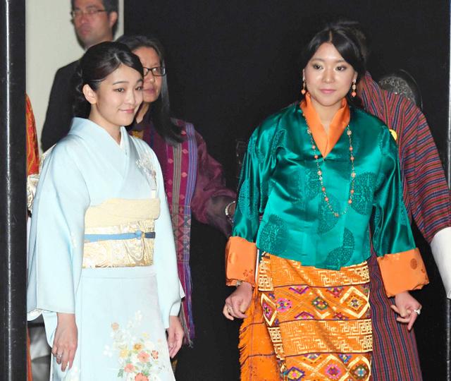 日本側が主催する「日本週間」の式典でユフェルマ王女を出迎える眞子さま=6月2日、ブータン・ティンプー、代表撮影