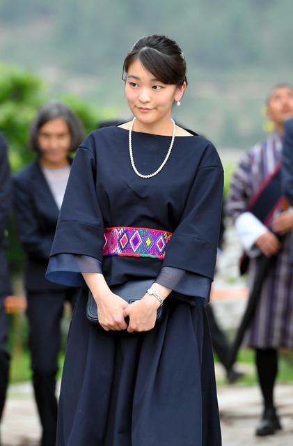キチュ・ラカンを視察する秋篠宮家の長女眞子さま=6月4日、ブータン・パロ、北村玲奈撮影