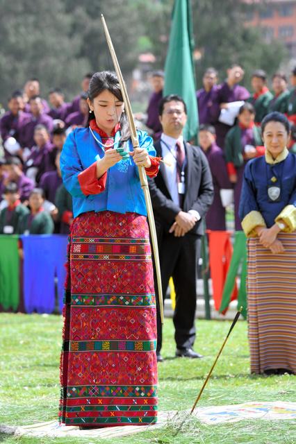 ブータンの伝統衣装「キラ」に身を包み、弓技を体験する眞子さま=6月3日、ブータン・ティンプー、北村玲奈撮影