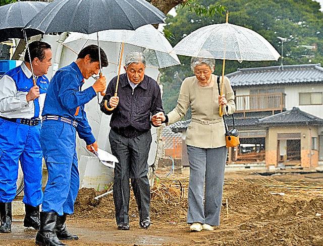 手を取り合って現場を歩く天皇、皇后両陛下=2015年10月、茨城県常総市三坂町、代表撮影