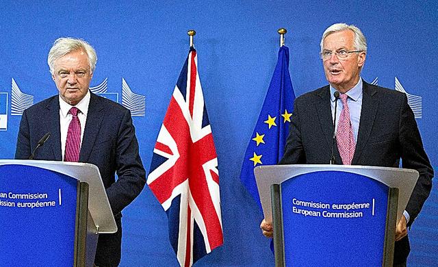 EU本部で19日、英国の離脱交渉を前に会見するEUのバルニエ首席交渉官(右)と英国のデービスEU離脱担当相=AP