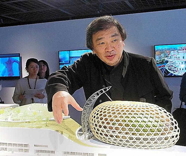 展示模型を使い「ラ・セーヌ・ミュジカル」を解説する坂茂
