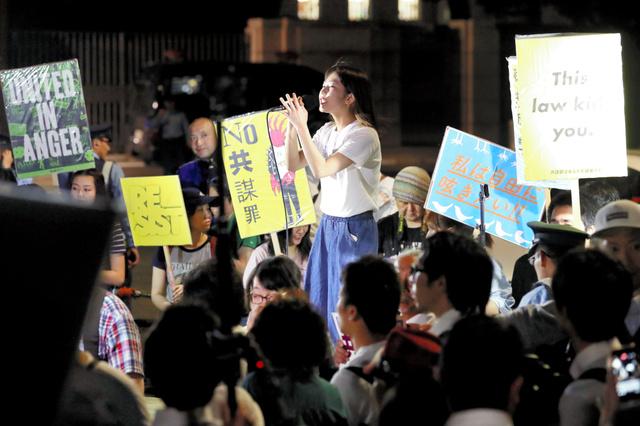 国会前で15日夜、「共謀罪」法の成立に抗議の声を上げる人たち=柴田悠貴撮影