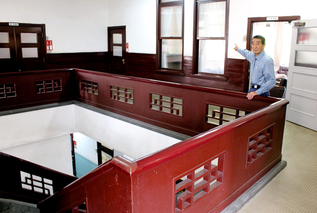 吹き抜けとなっている、昭和電工の本事務所の2階。奥の応接室で「シン・ゴジラ」の一場面が撮影された=川崎市川崎区