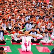 21日は「国際ヨガの日」 インドで4万人が一斉にヨガ