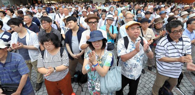 都議選候補者の演説を聞く有権者ら=23日午前10時22分、都内、遠藤啓生撮影