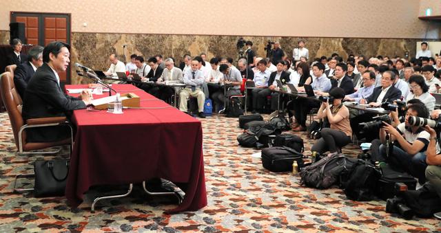 前川喜平・前文科事務次官の会見には多くの報道陣が集まった=23日午後4時58分、東京都千代田区の日本記者クラブ、西畑志朗撮影