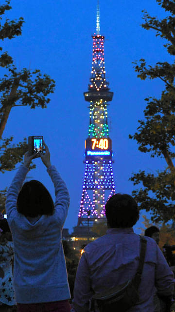 虹色にライトアップされたさっぽろテレビ塔=24日午後7時40分、札幌市中央区、白井伸洋撮影