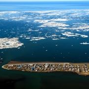 減る氷の堤、浸食される村 アラスカの村、再訪