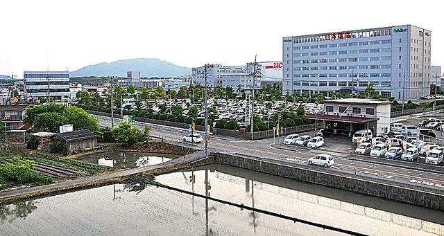 滋賀県愛荘町には大手企業の研究開発拠点や工場が立ち並ぶ。町外からの通勤者も多い