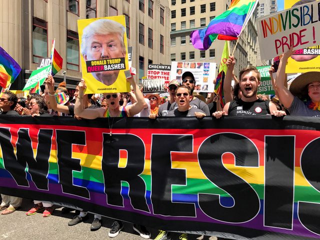 ニューヨーク五番街を行進する人々。トランプ政権下での性的少数者の権利獲得の歩みの「後退」を懸念する声が目立った=25日午後、金成隆一撮影