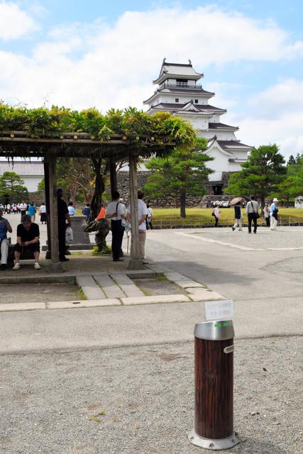 観光客が憩う藤棚から、外に移された灰皿=会津若松市追手町の鶴ケ城本丸