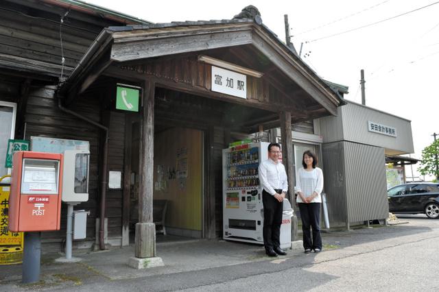 富加駅に入る安田会計事務所(右奥)の安田税理士夫妻=富加町