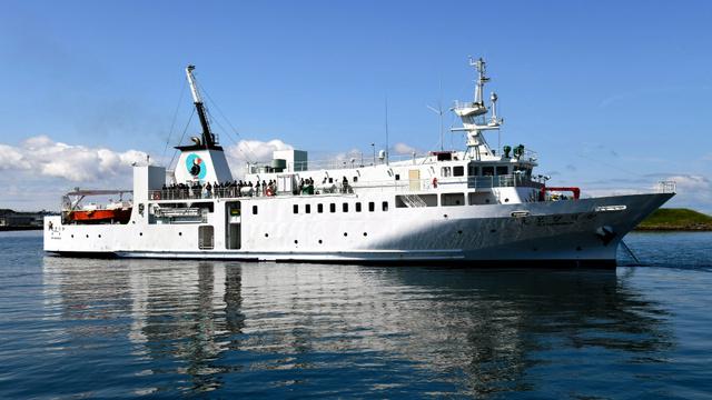 訪問団を乗せ、出港した北方四島交流船「えとぴりか」=27日午前、北海道根室市、白井伸洋撮影