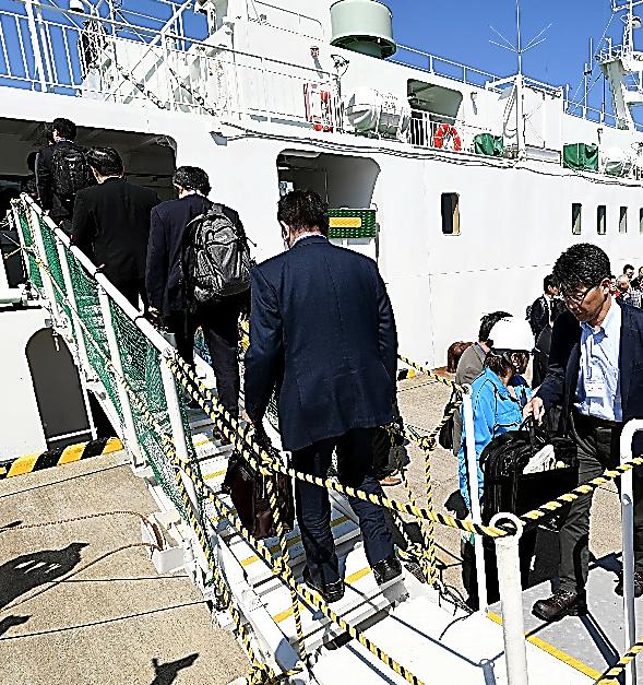 北方四島交流船「えとぴりか」に乗り込む訪問団=27日午前、北海道根室市、白井伸洋撮影