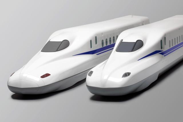角張った形の「N700S」の先頭車両の模型(右)。左は現在主力の「N700A」(JR東海提供)