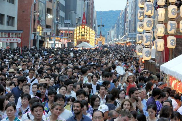 昨年の祇園祭、前祭宵山の四条通。外国人観光客の姿も多く見られた=2016年7月16日、京都市下京区、佐藤慈子撮影