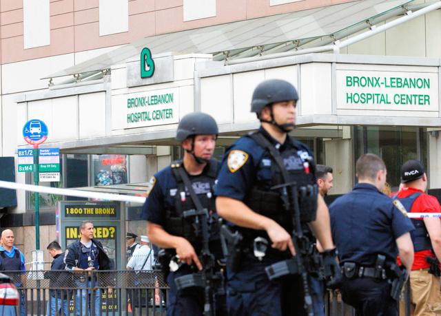 発砲事件のあったニューヨーク・ブロンクス地区の病院でパトロールする警官ら=ロイター
