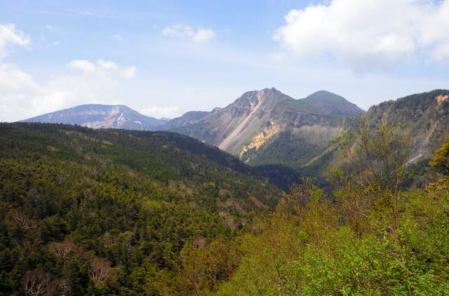 にゅう付近から見た天狗岳(真ん中、遠方のふたこぶの山)。手前左の尾根は稲子岳で、その上に硫黄岳も見えた