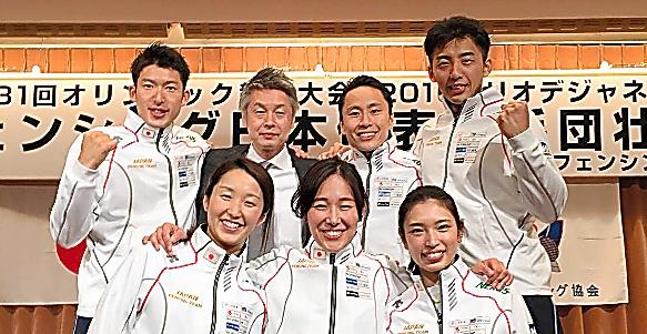 江村さん(後列中央左)と、太田(同中央右)らリオ五輪フェンシング代表選手たち