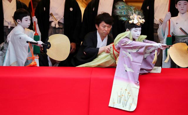 身を乗り出して「太平の舞」を披露する長刀鉾の稚児=5日午後3時26分、京都市下京区、佐藤慈子撮影
