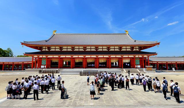 薬師寺大講堂前の広場は、たくさんの修学旅行生でにぎわっていた=奈良市西ノ京、滝沢美穂子撮影