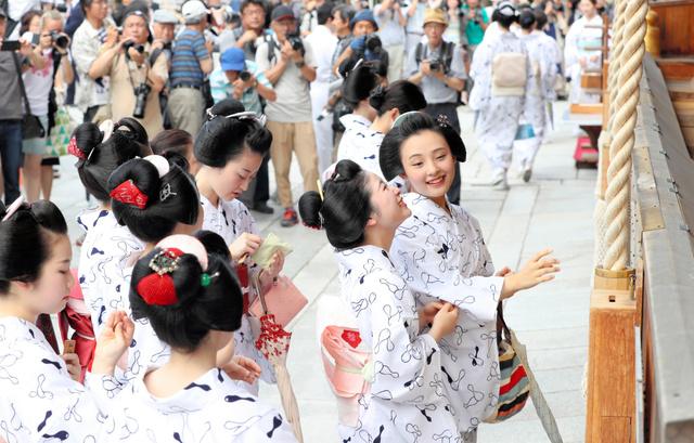 八坂神社に参拝する芸舞妓たち=7日午前9時44分、京都市東山区、佐藤慈子撮影