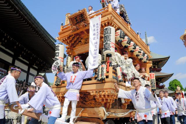 成田山新勝寺の境内から引き出される囲護台三和会の山車=成田市