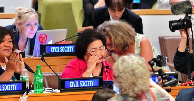 核兵器禁止条約の採択後、「前進し、世界を変えよう」と演説を終え、感動した知人に抱きつかれるカナダ在住の被爆者サーロー節子さん=7日、ニューヨークの国連本部、松尾一郎撮影