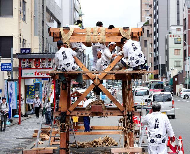 京都市内の繁華街、四条通で祇園祭の鉾建てが始まった=10日午前、京都市下京区、佐藤慈子撮影