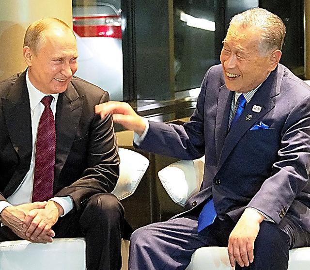 森喜朗元首相(右)と談笑するプーチン大統領=9日、エカテリンブルク、駒木明義撮影