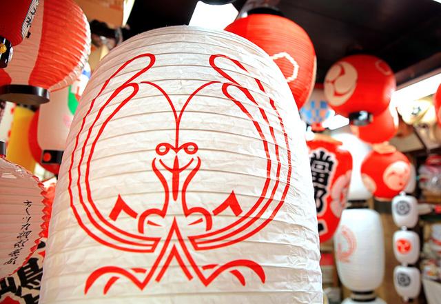 蟷螂山のシンボル、カマキリが描かれた提灯=7日午後、京都市下京区、佐藤慈子撮影