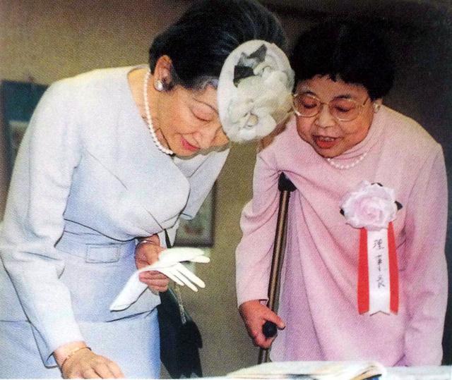 「日本リウマチ友の会」創立35周年の記念式典に出席し、患者らの作品展を視察する皇后さま。傍らに立つのは当時理事長を務めていた島田広子さん(1995年、東京都千代田区、「日本リウマチ友の会」提供)