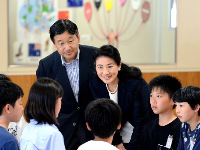 大豊小で児童から学習内容を聞く皇太子ご夫妻=11日午後、秋田県潟上市、迫和義撮影