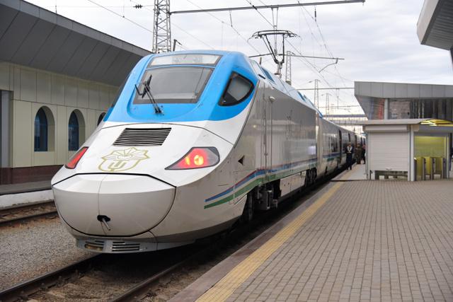 ウズベキスタンのタルゴは、日本の新幹線700系にも似た動力車がついている=タシケント、中川仁樹撮影