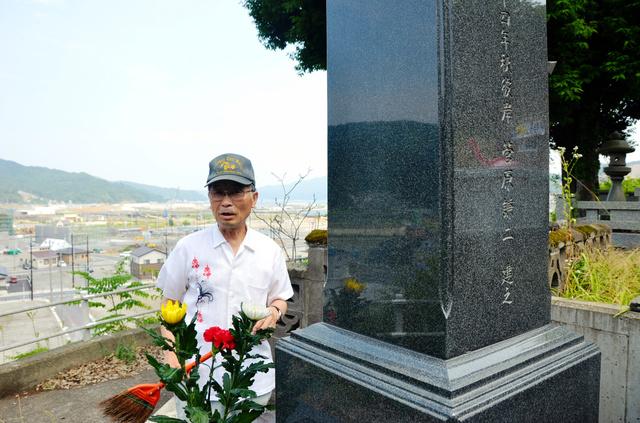 「行方不明の妻に近づけそうで」と墓参りに来て掃除をする菅原謙二さん=岩手県大槌町
